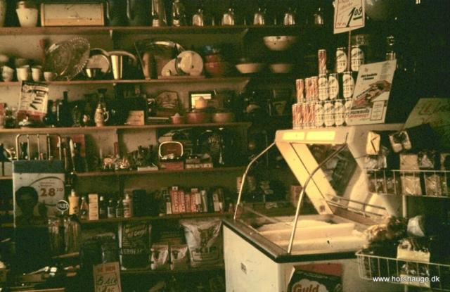 Gammel butik med frostvarer og isenkram i baggrunden