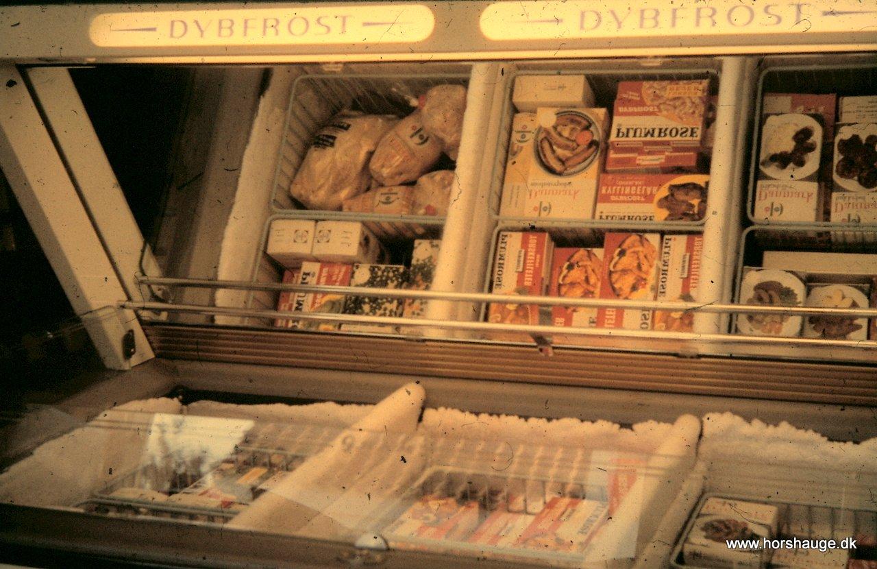 Frostvarer i fryseren i gammel butik