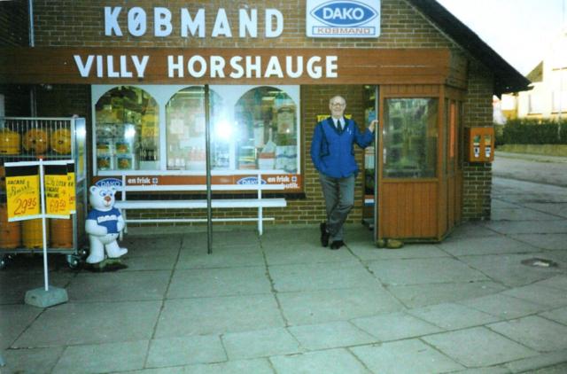Villy Horshauge udenfor sin forretning