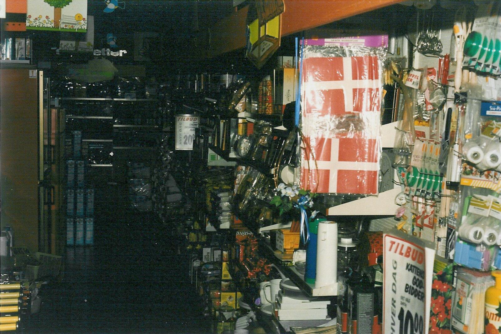 Det store butikslokale med isenkram området i forgrunden