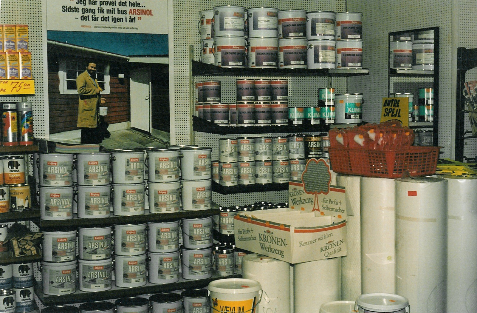 Tapetbutikken med maling i spandevis