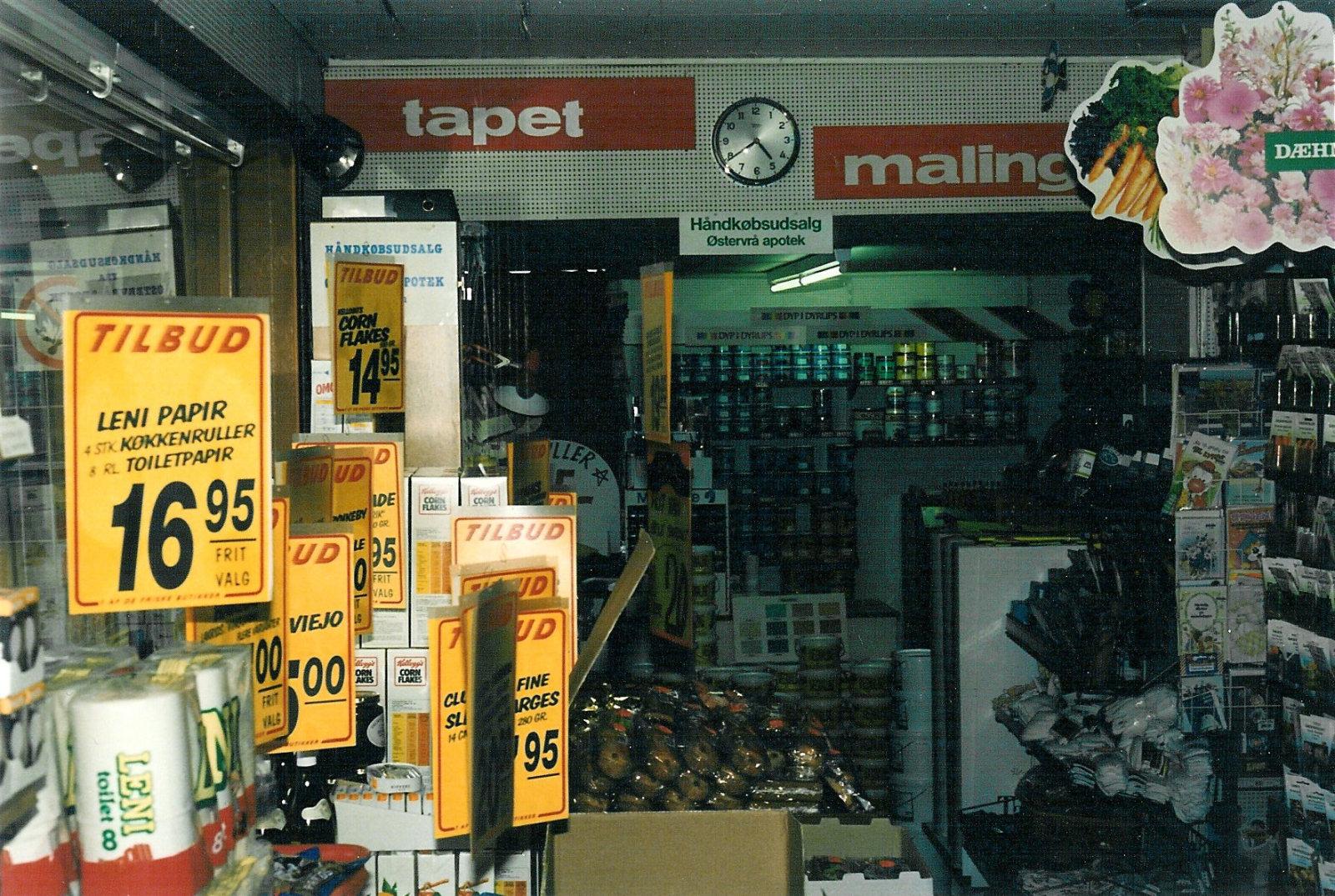 Vue fra stor butik til afdeling med tapet og maling